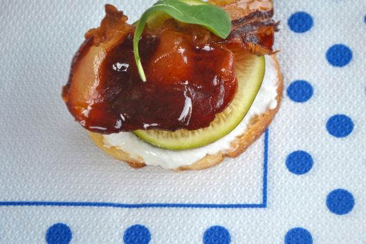 Appetizer with ricotta, fig, crispy bacon and arugula
